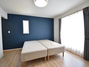 寝室にはダークブルーのアクセントクロス